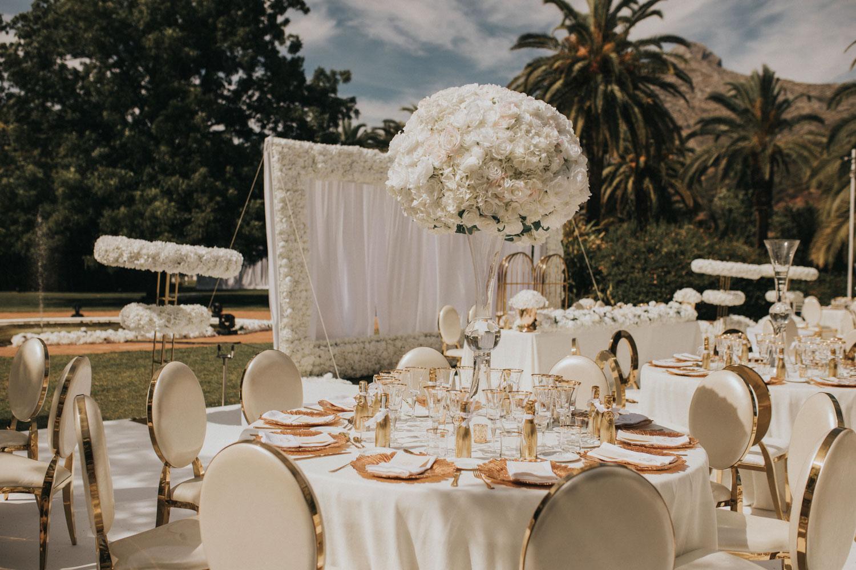 White arrangements with white flowers Finca La Concepcion