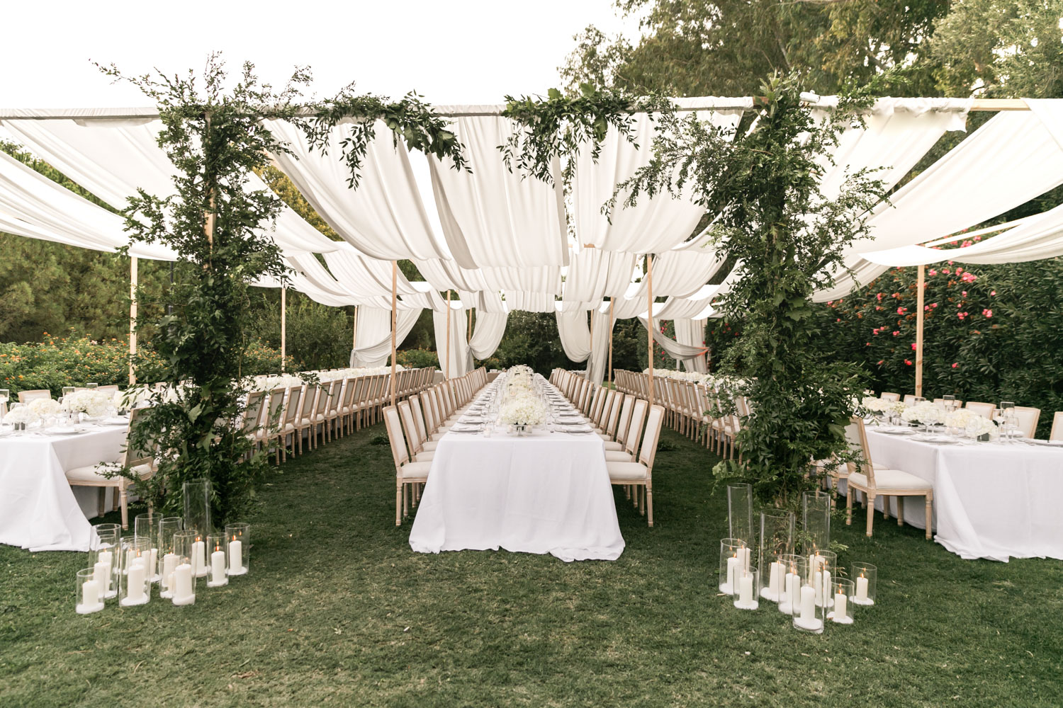 Sails over table wedding long table white flowers Cancha II Sotogrande