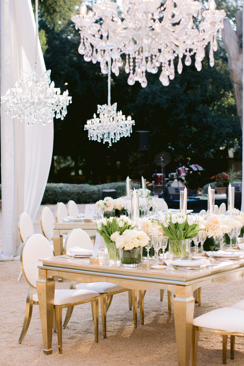 Crystal chandeliers gold tables medallion chairs flowers wedding Barcelona Bell Reco