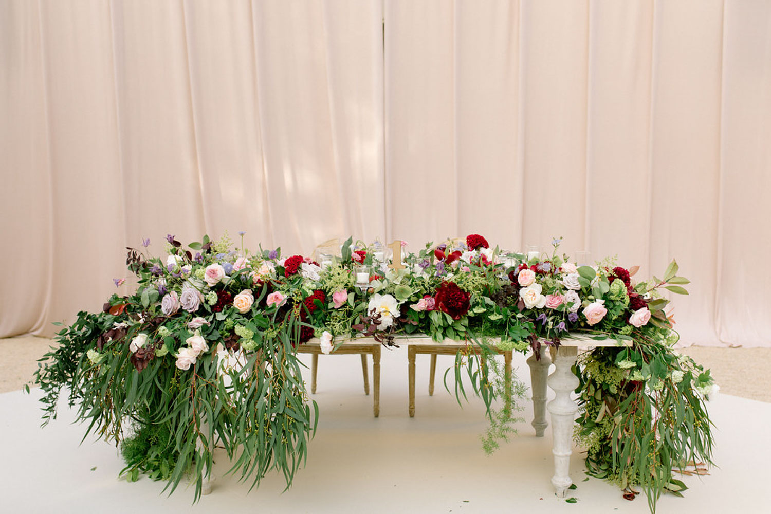Top table wood table with bungundy and green garland Barcelona
