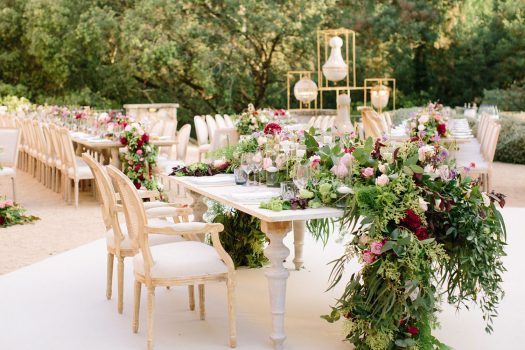 Table set up gold cutlery wood table burgundy flowers Barcelona