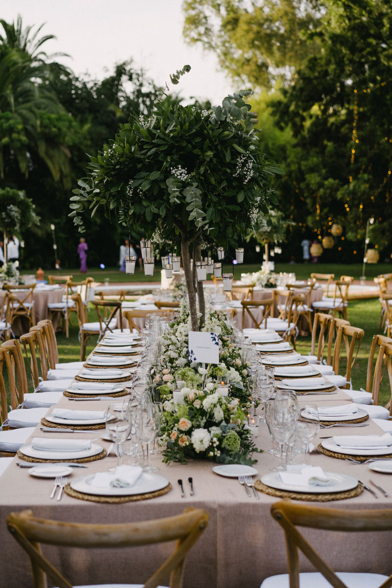 Long table with rustic arrangements Finca La Concepcion